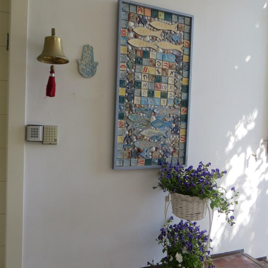 תמונת מוזאיקה (פסיפס) בכניסה לבית | איריס עשת כהן אומנית ישראלית