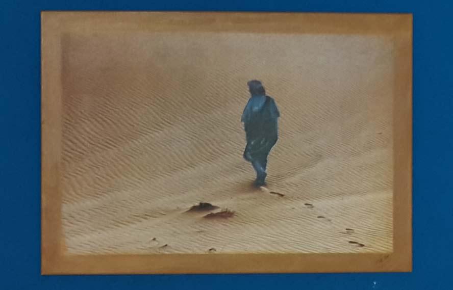 צילום מתערוכה על מרוקו. הצילום, על רקע כחול, שמעניק  לו קונטרסט חזק. החיבור בין הבגד לרקע פשוט מקפיץ את הצילום. צילום: מולה עשת.